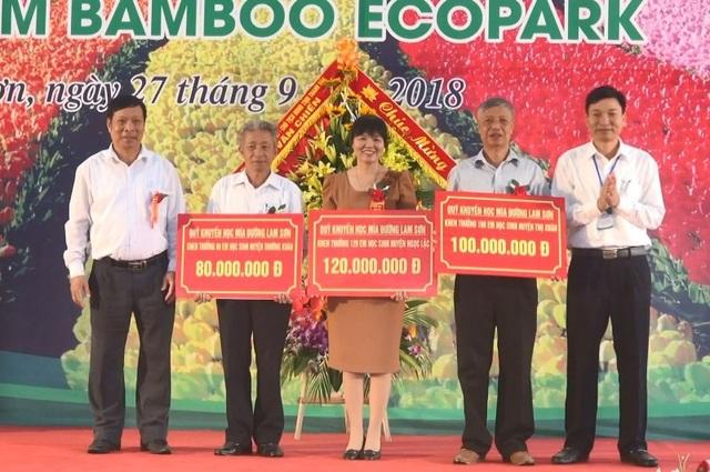Trao tiền hỗ trợ Hội Khuyến học tỉnh Thanh Hóa, Hội đồng họ Lê Việt Nam, các huyện.
