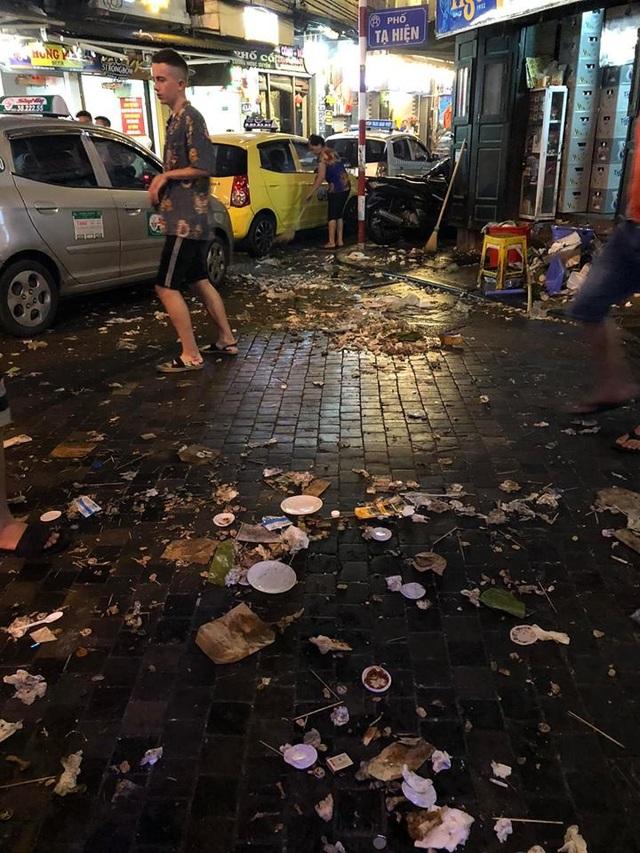 Hình ảnh khu phố ngập trong rác sát ngày lễ Trung thu. Ảnh: James Joseph Kendall