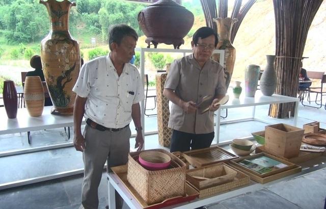 Nhiều sản phẩm được làm từ tre, luồng thu hút du khách tham quan.