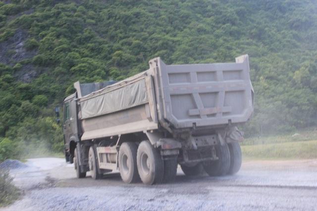 Mỗi ngày có hàng trăm lượt xe ra, vào các mỏ đá, tuy nhiên các đơn vị khai thác vẫn chưa đảm bảo công tác sửa đường, tưới nước tránh bụi.