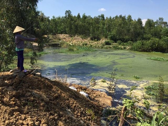 Nước rò rỉ từ bãi rác huyện Lộc Hà có màu đen và hôi thối