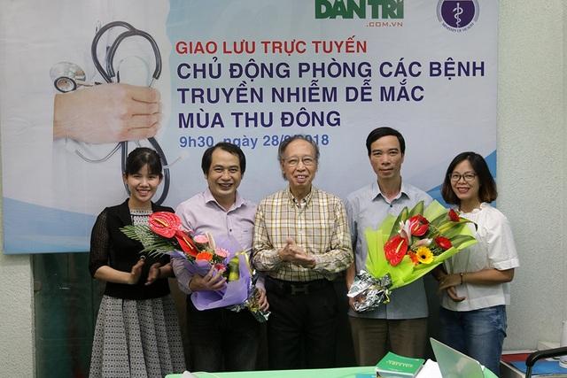 Nhà báo Phạm Huy Hoàn- Tổng biên tập báo điện tử Dân trí tặng hoa hai bác sĩ tham gia giao lưu sáng 28/9.