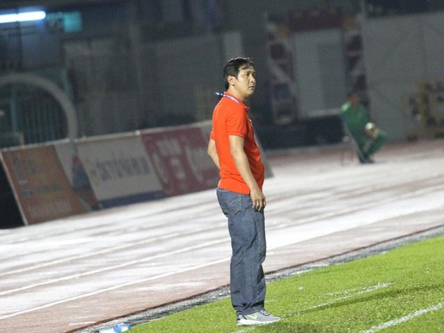 ... đốc thúc các cầu thủ SHB Đà Nẵng thi đấu nỗ lực trước Sài Gòn FC (ảnh: Trọng Vũ)