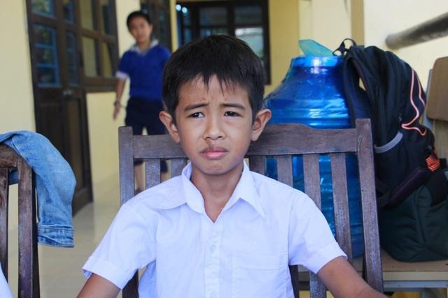 Em Lê Văn Vũ - học sinh lớp 4 trường tiểu học Hương Thọ đã dũng cảm cứu 3 bạn bị đuối nước khi cả nhóm bạn đi tắm sông