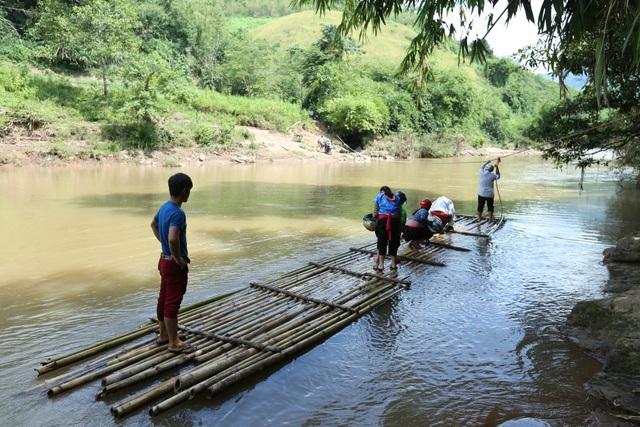 Những ngày không có mưa lũ, người dân bản Huổi Hạ vượt suối Nậm Chim bằng bè mảng (Ảnh chụp ngày 27/9. Ảnh: V. Lợi)