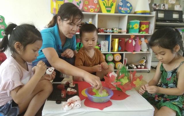 Về hành vi ứng xử đối với học sinh, giáo viên cần mẫu mực, yêu thương, bao dung và trách nhiệm, không bạo hành trẻ. (Ảnh minh họa)