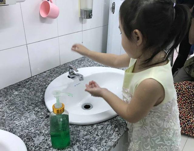Trẻ cần phải rửa tay đúng cách thường xuyên để tránh lây nhiễm bệnh