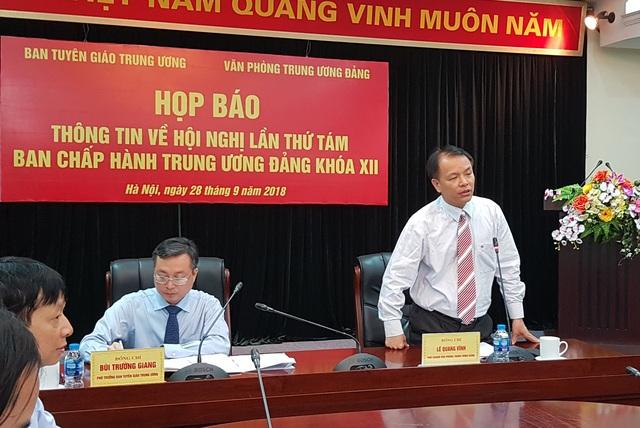 Ông Lê Quang Vĩnh - Phó Chánh Văn phòng TƯ Đảng trao đổi tại họp báo