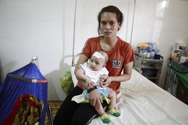 Mẹ bé đành bế con về nhà khi nghe chi phí điều trị quá cao