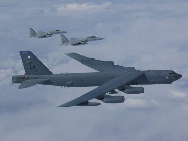 Một máy bay ném bom tầm xa hạng nặng B-52H Stratofortress của Mỹ đã thực hiện chiến dịch huấn luyện song phương thường kỳ với các máy bay chiến đấu của Lực lượng Phòng vệ Nhật Bản hôm 26/9 trên biển Hoa Đông. Biển Hoa Đông là nơi Nhật Bản và Trung Quốc có tranh chấp chủ quyền đối với một số đảo. Trong ảnh: Máy bay B-52 Mỹ bay cạnh 2 máy bay chiến đấu F-15 Nhật Bản trên biển Hoa Đông. (Ảnh: Pacific Air Forces)