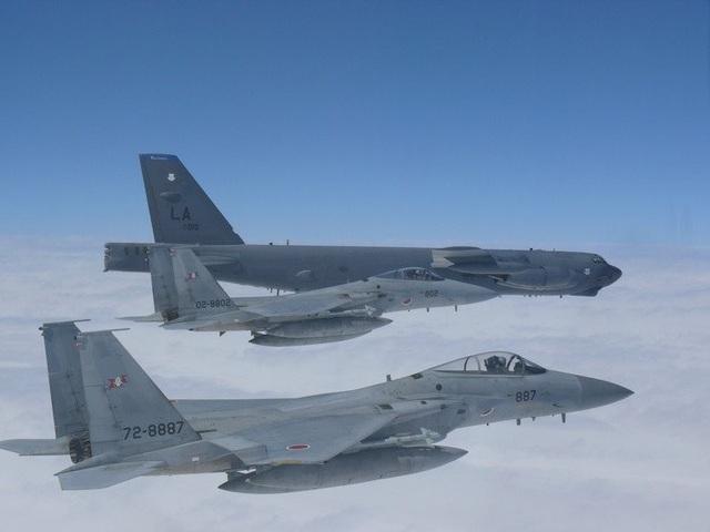 """Thông báo của Không quân Mỹ ở Thái Bình Dương Mỹ ngày 27/9 cho biết hoạt động của """"pháo đài bay"""" B-52 trên biển Hoa Đông là một phần trong chiến dịch duy trì sự hiện diện của các máy bay ném bom trong khu vực Ấn Độ - Thái Bình Dương. Các máy bay ném bom của Mỹ đã tăng cường hoạt động ở cả khu vực Biển Đông và Hoa Đông trong những ngày gần đây trong bối cảnh quan hệ giữa Mỹ và Trung Quốc đang căng thẳng. (Ảnh: Pacific Air Forces)"""