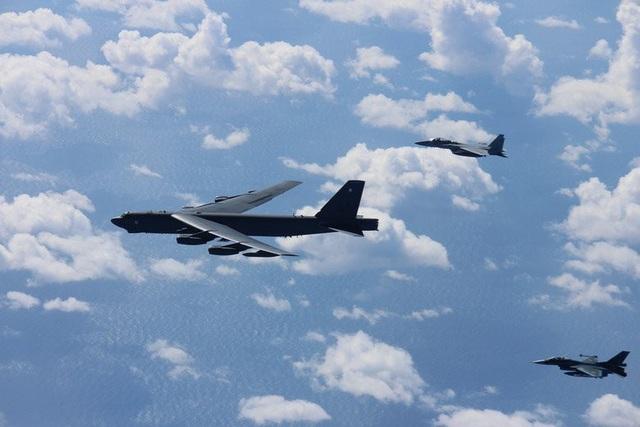 Máy bay ném bom B-52 của Mỹ đã tham gia huấn luyện cùng 12 máy bay chiến đấu F-15 và 4 máy bay F-2 của Nhật Bản trên biển Hoa Đông và biển Nhật Bản trước khi quay trở về căn cứ không quân Andersen trên đảo Guam. (Ảnh: Pacific Air Forces)