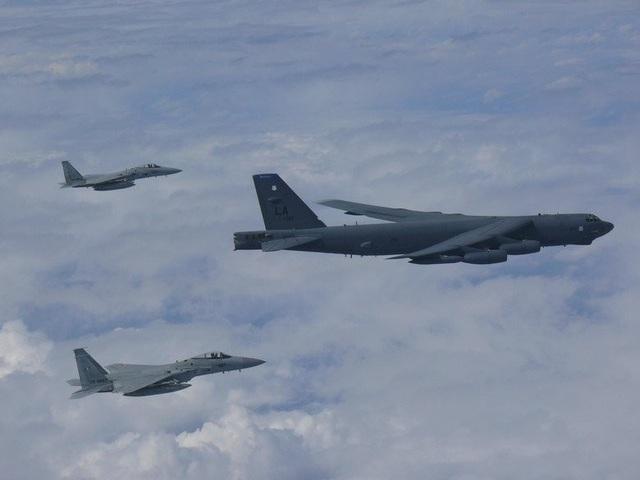 """Chuyến bay hôm 26/9 đánh dấu lần thứ 3 trong một tuần các """"pháo đài bay"""" B-52 của Mỹ hoạt động trên các vùng biển tranh chấp giữa Trung Quốc với các nước trong khu vực. Mỹ từng chỉ trích Bắc Kinh vì các hành động quân sự hóa trái phép tại các vùng biển tranh chấp này. (Ảnh: Pacific Air Forces)"""