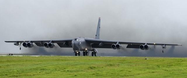 Trước đó, các máy bay ném bom B-52 của Mỹ đã bay qua Biển Đông hai lần vào các ngày 23 & 25/9, nhằm thể hiện sự hiện diện của Không quân Mỹ tại vùng biển nơi Trung Quốc ngang nhiên tuyên bố chủ quyền. Trong ảnh: Máy bay B-52 cất cánh từ căn cứ không quân Andersen ở Guam để tham gia sứ mệnh huấn luyện thường kỳ trên Biển Đông và Ấn Độ Dương hôm 23/9. (Ảnh: US Air Force)