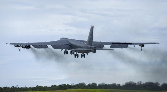 """Lầu Năm Góc cho biết chuyến bay của B-52 là hoạt động thường kỳ nhằm nâng cao năng lực tương tác với các đối tác và đồng minh trong khu vực"""", đồng thời khẳng định quân đội Mỹ sẽ tiếp tục các hoạt động tự do hàng không, hàng hải và hoạt động ở bất cứ đâu vào bất cứ thời gian nào luật pháp quốc tế cho phép. Trong ảnh: Máy bay B-52 của Mỹ cất cánh từ căn cứ Andersen. (Ảnh: US Air Force)"""