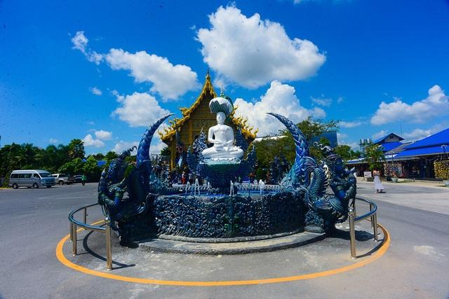 Đài phun nước trước cổng ra vào cũng được phủ màu xanh để kết hợp với toàn bộ công trình.