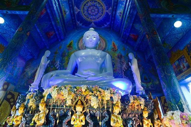 Bên trong chính điện đặt bức tượng Phật lớn làm từ ngọc trắng thuần khiết.