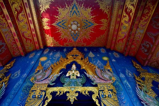 Các hoa văn tinh xảo được thiết kế trên tường, trần của ngôi đền.