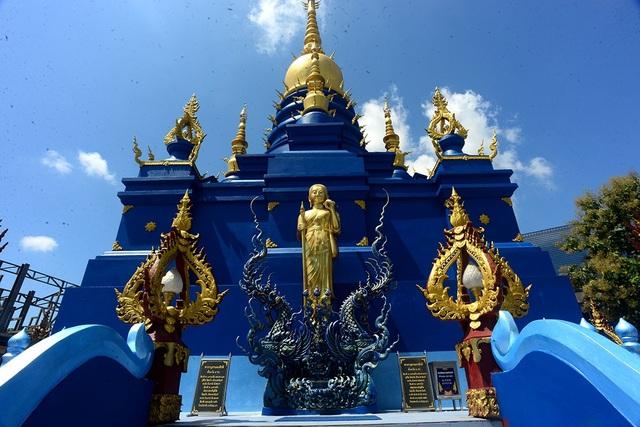 Toàn bộ kiến trúc ngôi đền đều được phủ màu xanh kết hợp 1 số chi tiết vàng.
