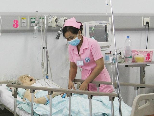Truyền dịch chỉ nên được thực hiện tại cơ sở y tế chuyên môn. Ảnh: HL