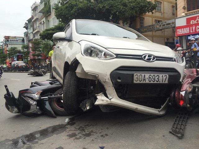 Chiếc xe Honda SH nằm dưới gầm xe ô tô điên.