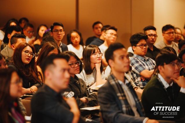 Khán giả lắng nghe chia sẻ của các vị diễn giả