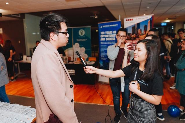 Hai bạn ban tổ chức phỏng vấn một khán giả đến từ Malaysia