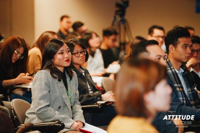 Khán giả chăm chú theo dõi phần chia sẻ của các diễn giả
