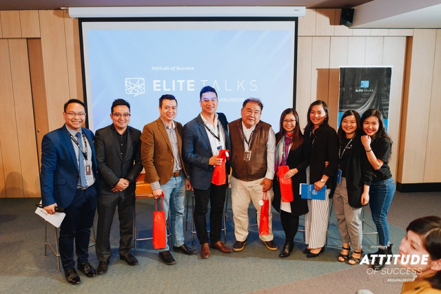 Các diễn giả chụp ảnh cùng ban tổ chức chương trình