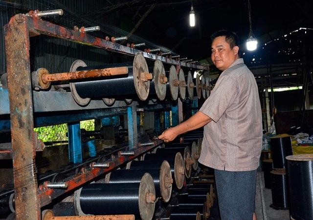 Cơ sở của anh Kiệt có một máy băm, một lò nấu nhựa, hệ thống máy kéo sợi chỉ và 14 máy tạo bánh chỉ lưới thành phẩm, tất cả đều vận hành bằng điện. Ảnh: NQ.