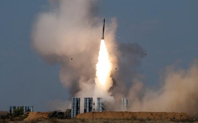 Tên lửa được phóng từ hệ thống phòng không S-300 tại giải đấu quân sự quốc tế 2017 ở Nga (Ảnh: Reuters)