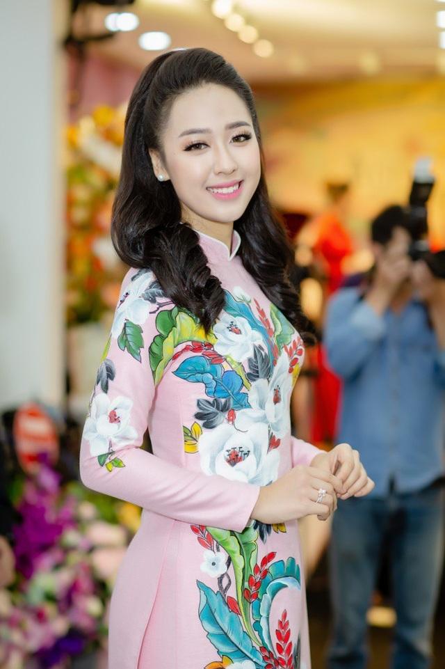 Bước ra từ cuộc thi Hoa hậu Việt Nam 2018, nữ sinh tặng hoa tổng thống Trump Phạm Ngọc Hà My khoe nhan sắc rạng rỡ tại sự kiện. Người đẹp top 15 HHVN 2018 diện áo dài màu hồng nổi bật.
