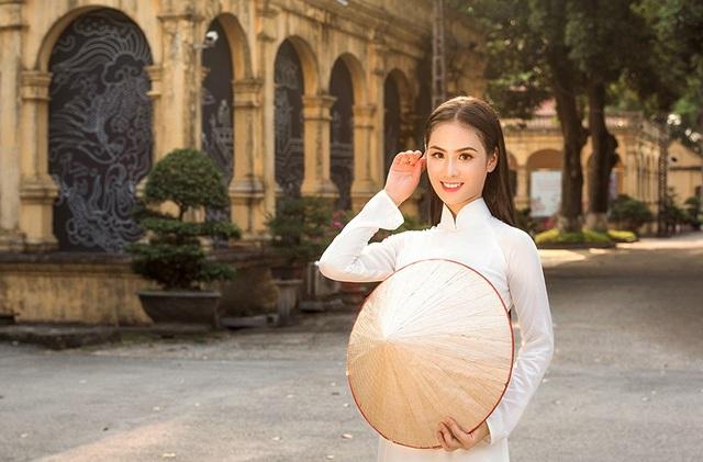 Phương Anh không chỉ xinh đẹp mà còn thành thạo nhiều môn nghệ thuật truyền thống như chơi đàn, vẽ tranh, cắm hoa...