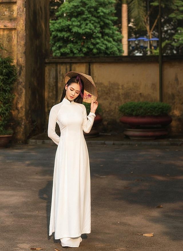 Nhiều người nói ngoại hình của Phương Anh có phần giống với hoa hậu Ngọc Hân và động viên cô tham gia các cuộc thi sắc đẹp. Nhưng cô gái xinh đẹp này muốn theo đuổi công việc tiếp viên hàng không để được đi đây đi đó.