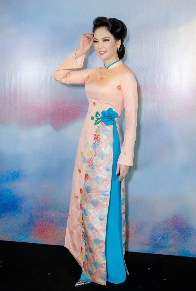 Thủy Hương vẫn sở hữu vóc dáng đáng ngưỡng mộ và thậm chí còn được khen ngày càng nhuận sắc.