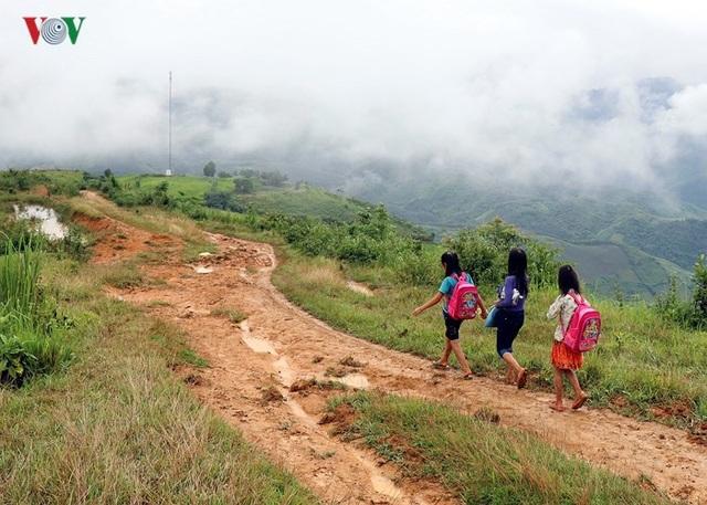 Để vào bản Huổi Hạ, người dân phải vượt qua gần 20km đường đất bằng xe máy hoặc đi bộ. Do vậy, yêu cầu cấp thiết trước khi làm cầu là làm đoạn đường này để vận chuyển vật liệu vào. (Ảnh: VOV)