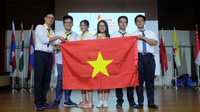 Vũ Nam Trang Linh cùng các đồng đội trong đội tuyển tham dự chương trình Lãnh đạo trẻ châu Á tại Singapore