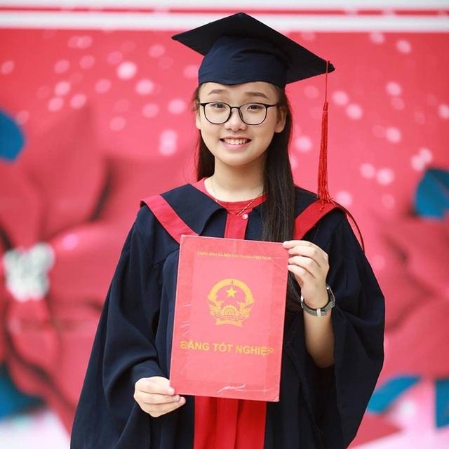 Năm 2017, cô gái nhỏ nhắn đỗ cùng lúc 3 trường chuyên nổi tiếng của Hà Nội.