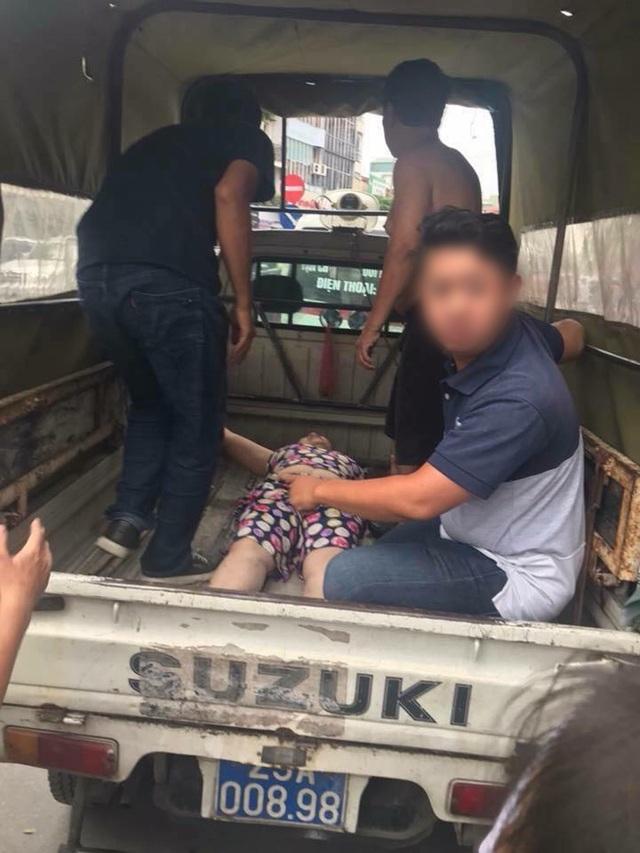 Lực lượng chức năng đưa người đi cấp cứu.