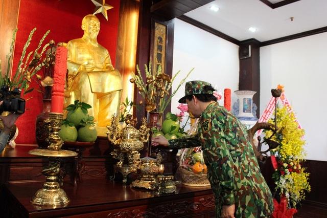 Thiếu tướng Nguyễn Hồng Sơn dâng hương tưởng niệm Bác