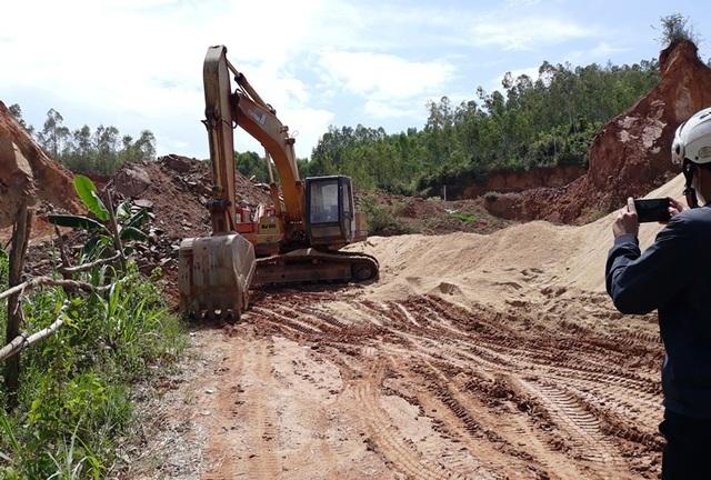 Doanh nghiệp vào khai thác đất tại núi Thơm khi chưa được cơ quan có thẩm quyền cấp phép.