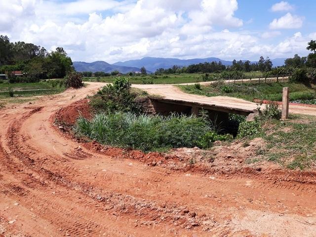Xe chở đất làm hư hỏng cầu nông thôn.