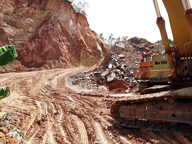 Cơ quan chức năng nói rằng việc khai thác đất trái phép ở núi Thơm là do áp lực xây dựng công trình nông thôn mới.