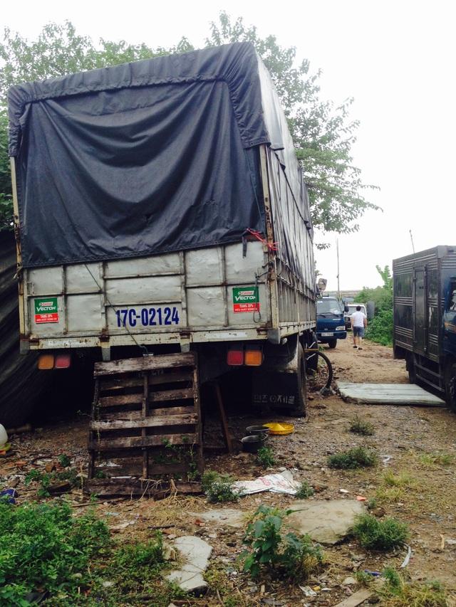 Thùng chứa gas được giấu trong xe tải phủ bạt kín.
