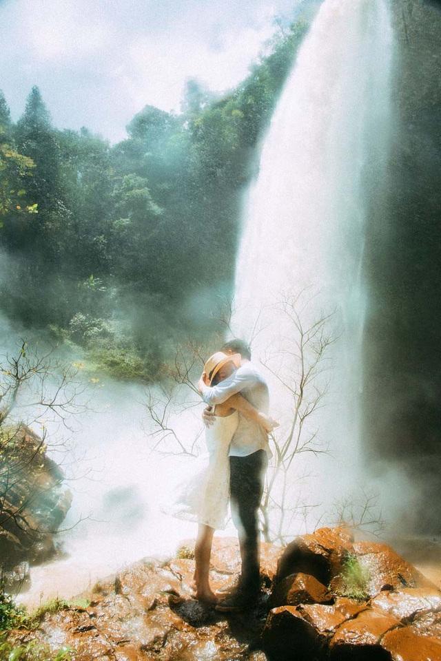 """Dù một năm chỉ được gặp nhau mấy lần, chính vì thế nên cả hai càng cố gắng hơn để đối phương không cảm thấy tủi thân. Nhưng tình yêu thì không tránh khỏi những khi cãi vã, """"nhiều lúc giận nhau muốn dừng lại, rồi nhớ, thương nhau lại quay về, y hệt như có một sợi dây vô hình kết nối cả hai với nhau""""."""
