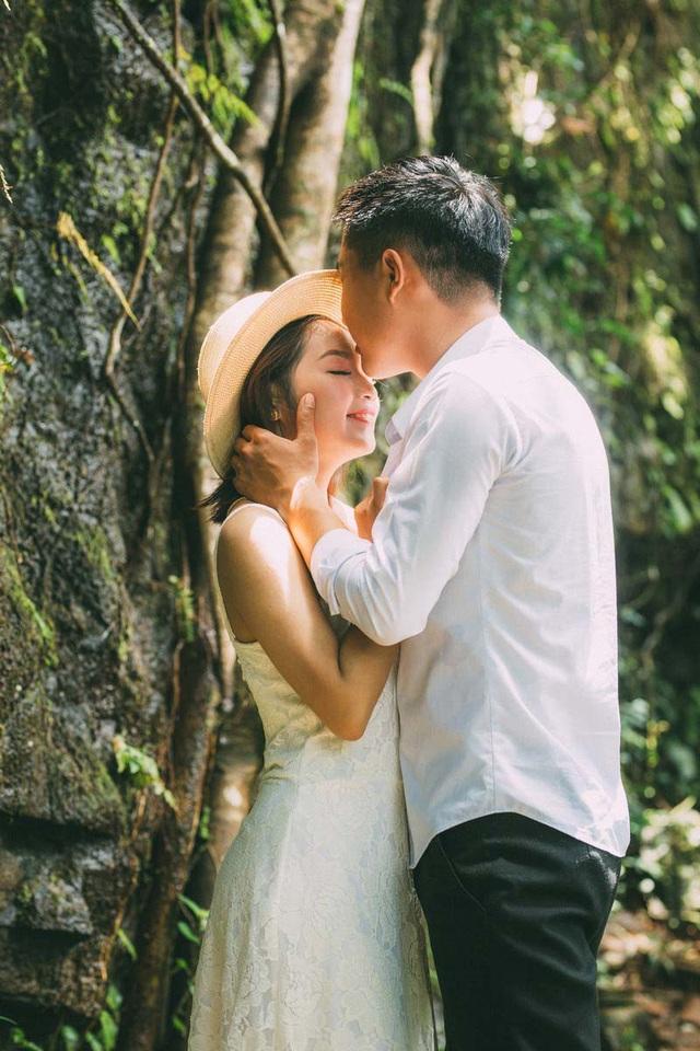 """Nhắc về chuyện tình của mình, Lê Ngân không giấu nổi niềm vui mà bộc bạch: """"Anh không phải là mẫu người lãng mạn, không nói những câu ngọt ngào nhưng luôn mang đến cho mình cảm giác bình yên. May mắn trong 4 năm yêu nhau tụi mình luôn được gia đình và bạn bè ủng hộ, vun vén, mong rằng tình yêu này sẽ mãi bền chặt, cả hai cùng hứa rằng tình đầu và cũng là tình cuối của nhau"""". Họ chọn chụp ảnh cưới ở thác 72, nơi núi xanh mướt, nơi gió miên man thổi vào lòng người những tình cảm hồn hậu về miền đất Đăk Nông. Mạnh Cường và Lê Ngân sẽ về chung một nhà vào tháng 10 sắp tới."""