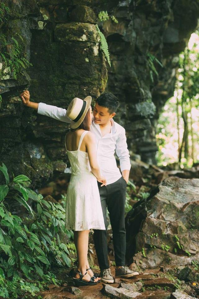 Mạnh Cường tặng hoa rồi trao cho Lê Ngân nụ hôn ngọt ngào rồi ngỏ lời về một đám cưới để cả hai có thể cùng nắm tay nhau đi hết hành trình yêu.