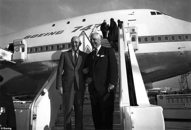 Ngày 30/9/1968, chiếc Boeing 747 đầu tiên đã được ra mắt tại nhà máy Everett, bang Washington trước truyền thông và công chúng toàn thế giới, đánh dấu sự xuất hiện của một huyền thoại trong ngành hàng không dân dụng. Vào thời điểm đó, có tới 26 hãng hàng không toàn cầu đã đặt hàng chiếc máy bay này của nhà sản xuất Boeing. Trong ảnh: Cựu chủ tịch tập đoàn Boeing Bill Allen và cựu giám đốc điều hành hãng Pan Am airline Juan Trippe (bên phải) chụp hình với chiếc Boeing 747 đầu tiên. (Ảnh: Boeing)