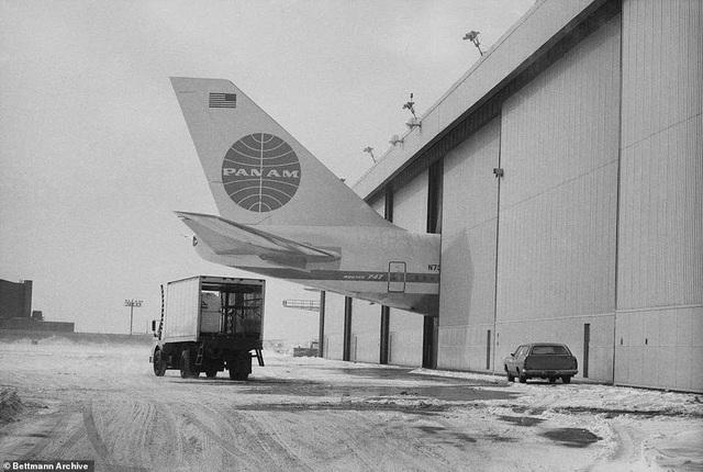 """Ban đầu, Boeing muốn thiết kế một máy bay có 2 tầng riêng biệt, nhưng các kỹ sư lo ngại rằng nó có thể gây ra khó khăn trong tình huống di tản khẩn cấp, vì vậy, Boeing đã tạo ra thiết kế thân rộng hơn cho máy bay này. Tại nhà máy lắp ráp Boeing lớn nhất thế giới ở Everett, các chuyên gia của Boeing đã bắt tay chế tạo """"nữ hoàng của bầu trời'. Trong ảnh: Boeing 747 có kích thước quá lớn tới mức không thể vừa khu vực cất giữ máy bay thời bấy giờ. (Ảnh: Bettmann)"""