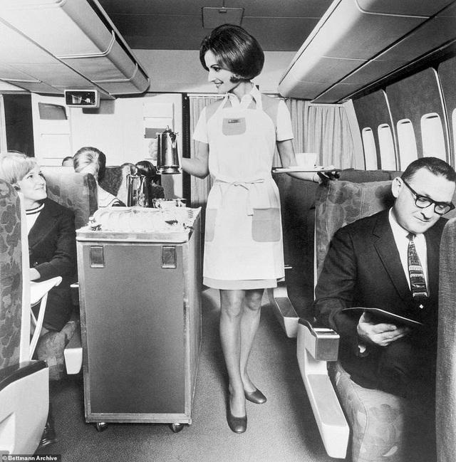 Hiện thời, phiên bản đang hoạt động của 747, chiếc 747-400 có tốc độ hơn 900km/h, được xếp vào danh sách một trong những máy bay thương mại nhanh nhất thế giới. Nó có thể đạt tầm bay liên lục địa gần 13.500km và chở được từ 400 tới hơn 500 hành khách tùy vào cách bài trí ghế ngồi của mỗi hãng hàng không. Trong ảnh: Vẻ đẹp duyên dáng của một nữ tiếp viên hàng không trên Boeing 747 phục vụ tại khoang thường. (Ảnh: Bettmann)